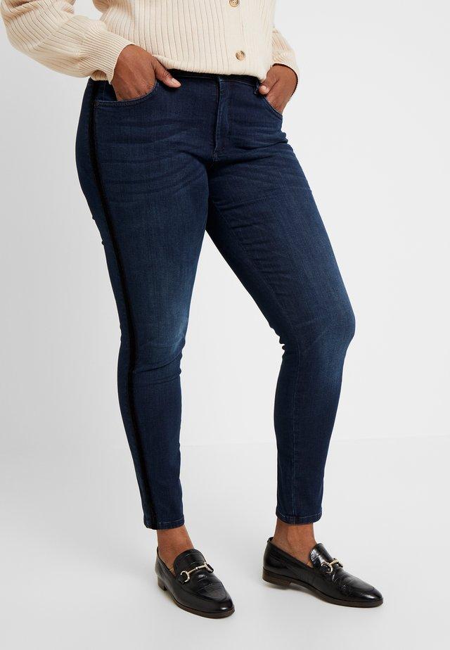TAPE DETAIL - Jeans Slim Fit - dark stone wash denim blue
