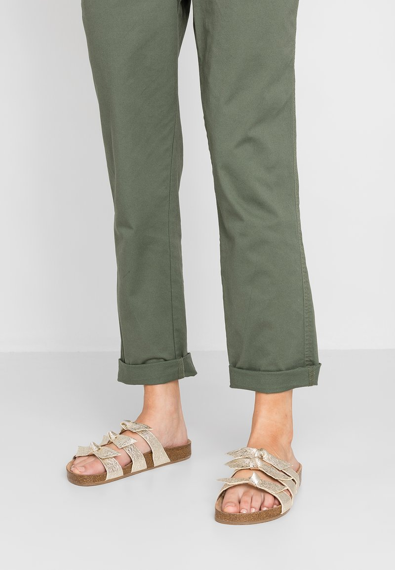 Toral Wide Fit - WIDE FIT - Pantolette flach - champagne