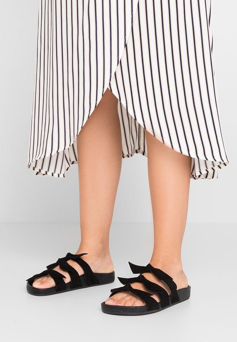 Toral Wide Fit - WIDE FIT - Pantolette flach - black