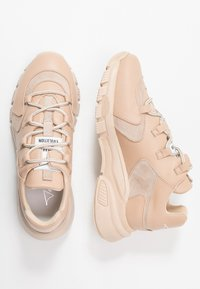 Toral Wide Fit - WIDE FIT - Sneakers - creat/cognac/blanco giusy