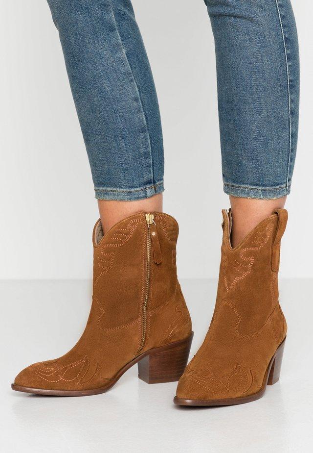 Cowboy/biker ankle boot - basket cognac