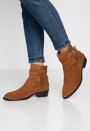 Kotníkové boty - basket cognac
