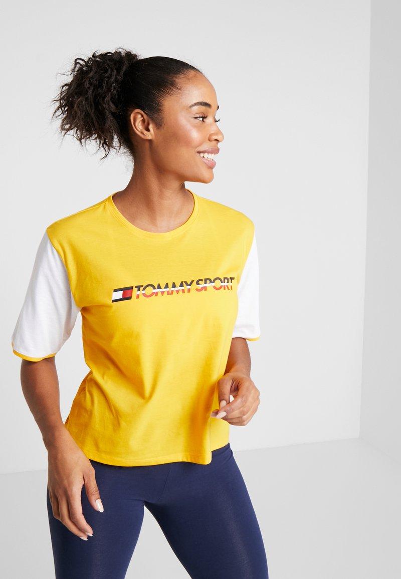 Tommy Sport - TEE COLORBLOCK LOGO - Camiseta estampada - yellow