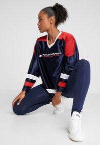 Tommy Sport - ARCHIVE LONGSLEEVE TEE - Camiseta de manga larga - blue - 1