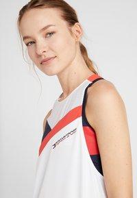 Tommy Sport - BLOCKED HIGH NECK TANK LOGO - Treningsskjorter - white - 4