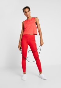 Tommy Sport - CROPPED TANK TOP LOGO - Sportshirt - red - 1