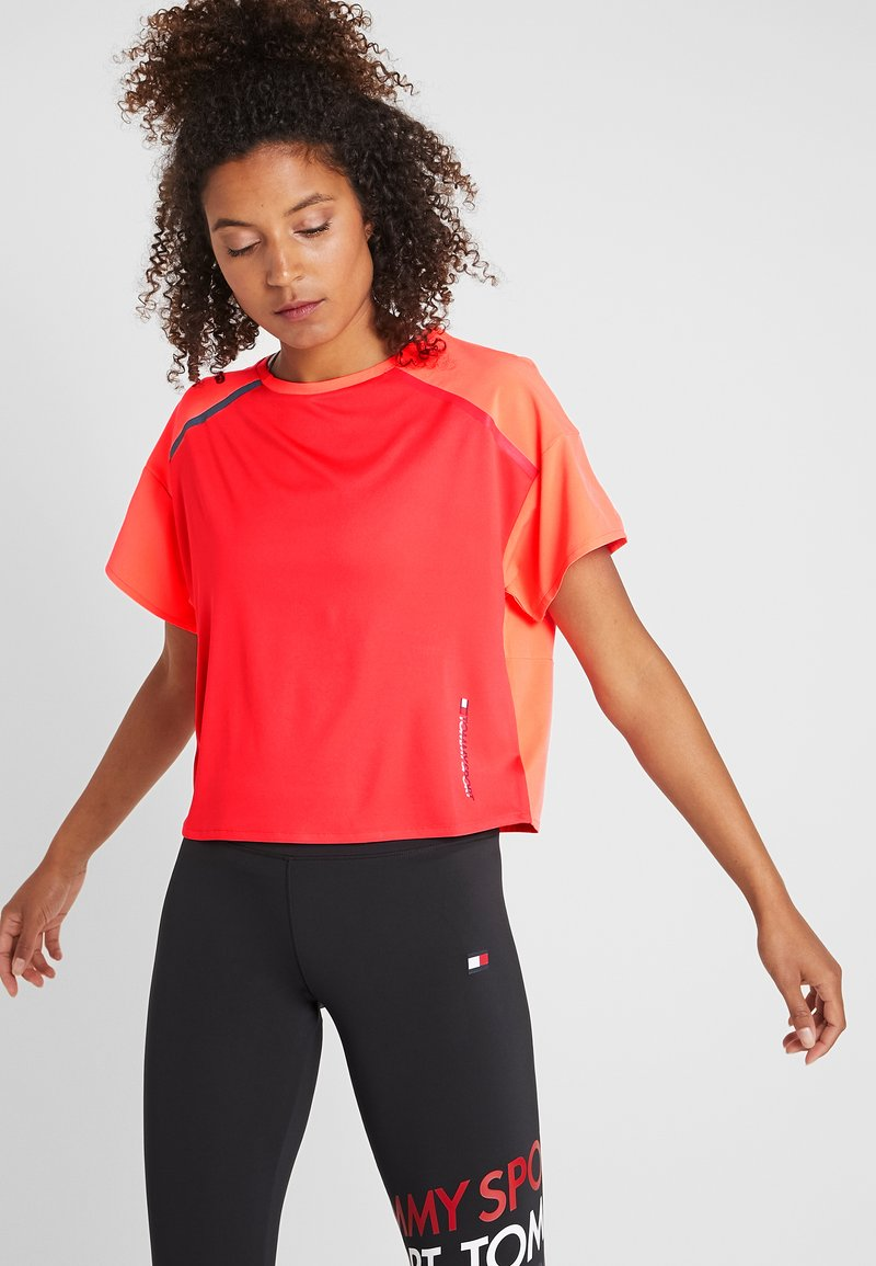 Tommy Sport - BOXY TEE WITH REFLECTIVE TAPE - Print T-shirt - red