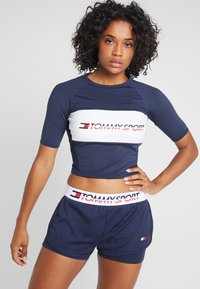 Tommy Sport - BLOCKED TEE CROPPED LOGO - T-shirts med print - blue - 0
