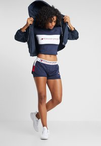 Tommy Sport - BLOCKED TEE CROPPED LOGO - T-shirts med print - blue - 1