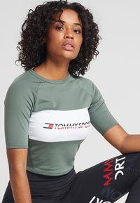 Tommy Sport - BLOCKED TEE CROPPED LOGO - T-shirt print - green - 4