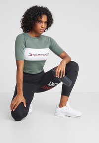 Tommy Sport - BLOCKED TEE CROPPED LOGO - T-shirt print - green - 1