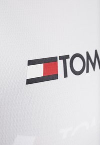 Tommy Sport - TEE CHEST LOGO - T-shirt imprimé - white - 5