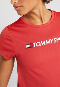 Tommy Sport - TEE CHEST LOGO - Printtipaita - red - 5
