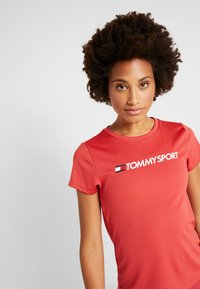 Tommy Sport - TEE CHEST LOGO - Printtipaita - red - 3