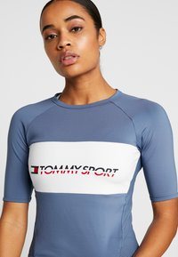 Tommy Sport - TIGHT TEE - Printtipaita - blue - 4