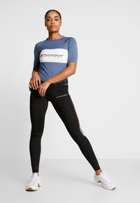 Tommy Sport - TIGHT TEE - Printtipaita - blue - 1