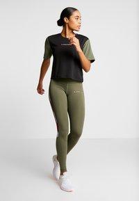 Tommy Sport - BOXY SHORT SLEEVE - T-shirt print - green - 1