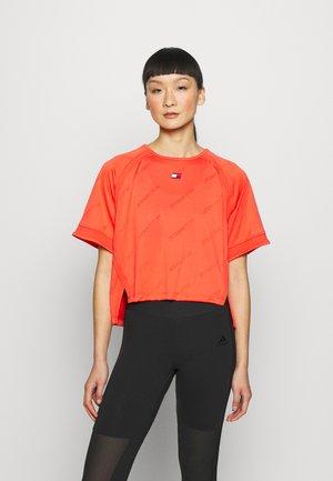 PERFORMANCE BOXY - Print T-shirt - orange