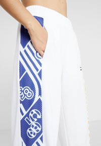 Tommy Sport - GRAPHIC CULOTTE PANTS - Tracksuit bottoms - white - 3