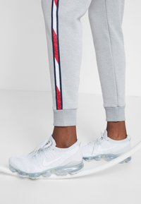 Tommy Sport - JOGGER WITH TAPE - Joggebukse - grey - 4
