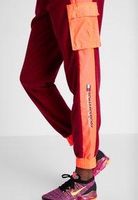 Tommy Sport - BLOCKED POLAR MIX PANT - Teplákové kalhoty - red - 3