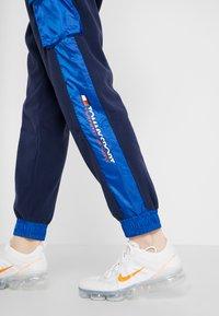 Tommy Sport - BLOCKED POLAR MIX PANT - Trainingsbroek - blue - 3