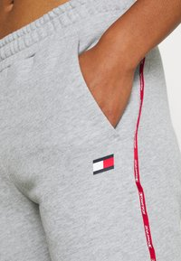 Tommy Sport - CUFFED PANT PIPING - Tracksuit bottoms - grey heather - 5