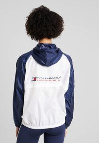 Tommy Sport - BLOCKED WITH LOGO - Windjack - white - 2