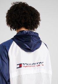 Tommy Sport - BLOCKED WITH LOGO - Windjack - white - 5
