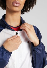 Tommy Sport - BLOCKED WITH LOGO - Windjack - white - 3
