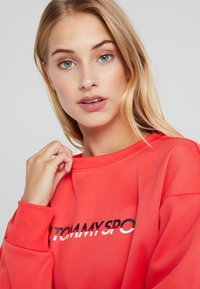 Tommy Sport - BLOCKED CREW LOGO - Sudadera - red - 3