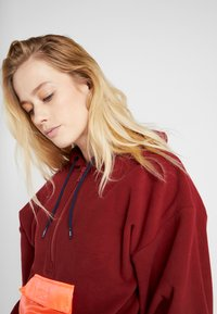 Tommy Sport - BLOCKED POLAR MIX HOODIE - Jersey con capucha - red - 3