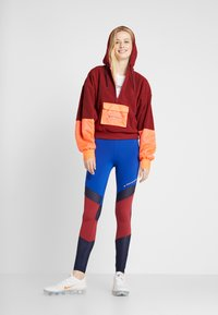Tommy Sport - BLOCKED POLAR MIX HOODIE - Jersey con capucha - red - 1