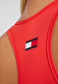 Tommy Sport - SPORTS BRA LOGO MID - Sport BH - red - 5