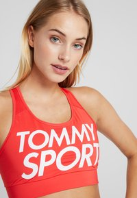 Tommy Sport - SPORTS BRA LOGO MID - Sport BH - red - 3