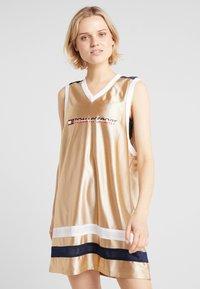 Tommy Sport - ARCHIVE DRESS LOGO - Jurken - gold - 0