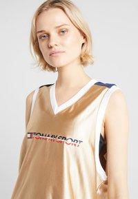 Tommy Sport - ARCHIVE DRESS LOGO - Jurken - gold - 4