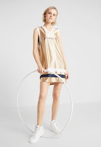 Tommy Sport - ARCHIVE DRESS LOGO - Vestido de deporte - gold - 1