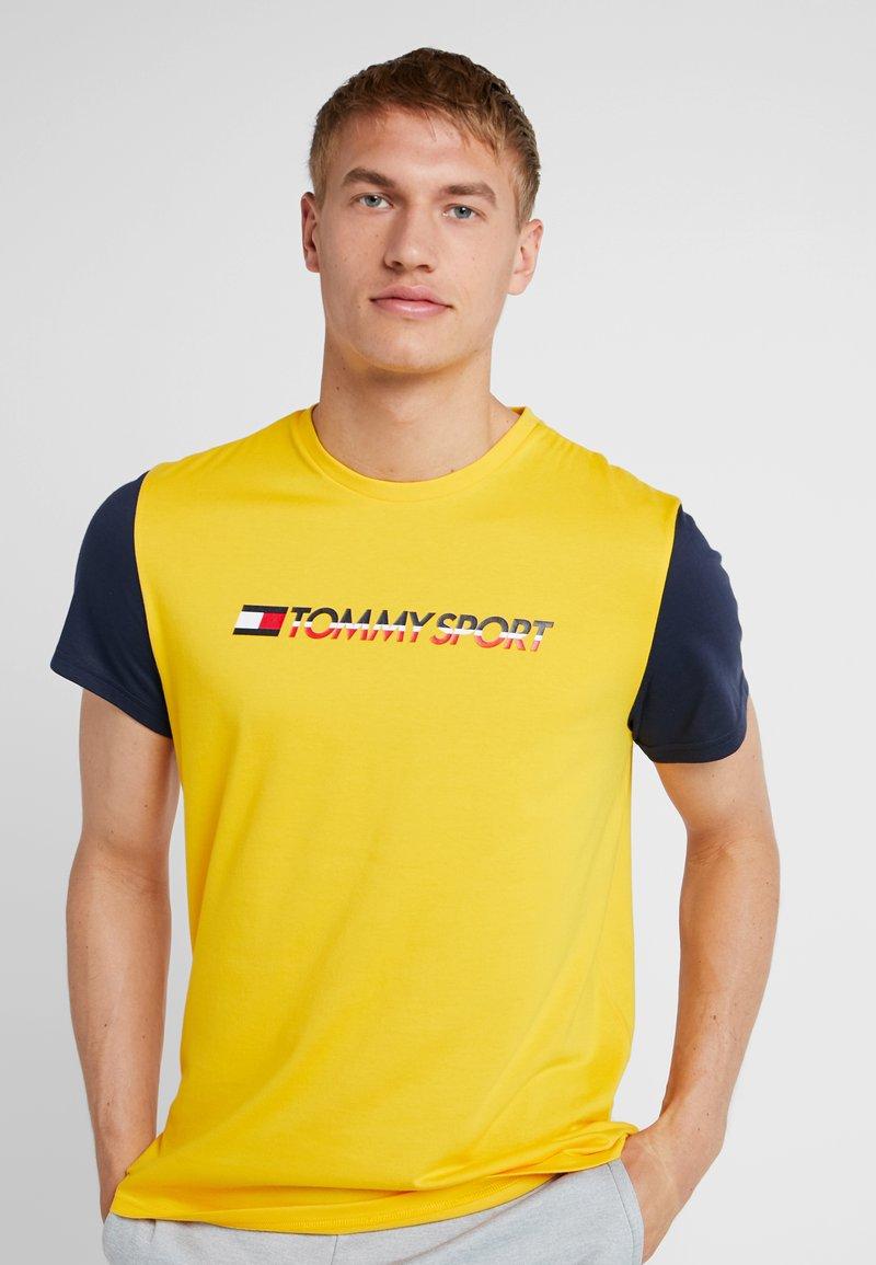 Tommy Sport - CORE COLOURBLOCK LOGO TEE - T-shirt z nadrukiem - gold fusion