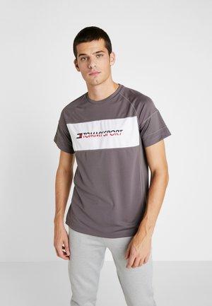 PERFORMANCE TEE - T-shirt imprimé - grey