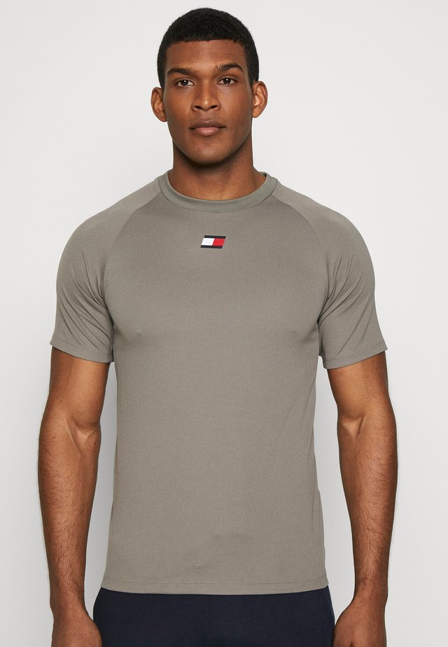 TRAINING CHEST LOGO  - T-shirt med print - grey