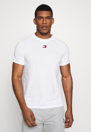 CHEST LOGO - T-shirts - white