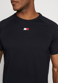 Tommy Sport - CHEST LOGO - T-shirt basic - blue - 5