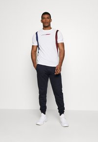 Tommy Sport - BLOCK PANEL - T-shirts med print - white - 1