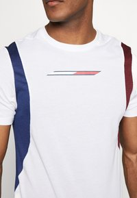 Tommy Sport - BLOCK PANEL - T-shirts med print - white - 5