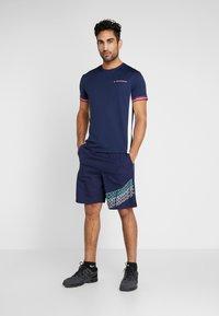 Tommy Sport - GRAPHICS SHORTS - Pantalón corto de deporte - blue - 1