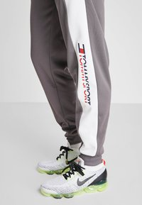 Tommy Sport - REFLECTIVE PANT CUFF - Trainingsbroek - grey - 5