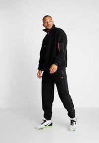 Tommy Sport - SHERPA PANT CUFFED - Trainingsbroek - black - 1