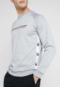Tommy Sport - TAPE CREW LOGO - Sweatshirt - grey heather - 3