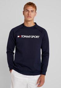 Tommy Sport - LOGO CREW NECK - Mikina - sport navy - 0